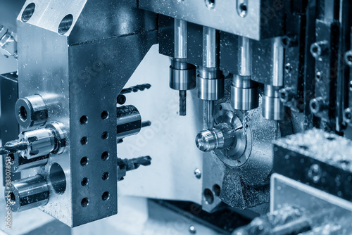 Foto The operation of multi-tasking CNC lathe machine swiss type making the pipe connector parts