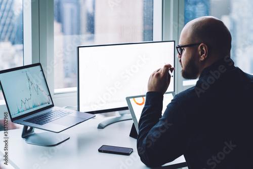 Obraz Businessman working on laptop in office - fototapety do salonu