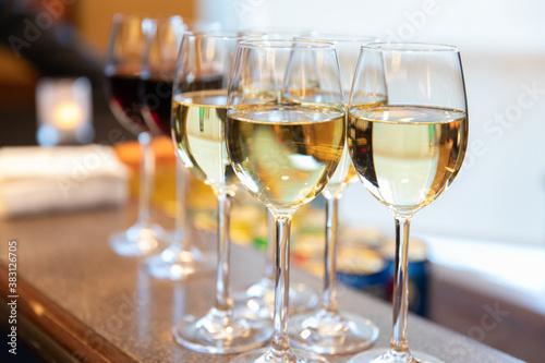 Fotografie, Obraz verres à vin remplis déposés sur une table lors d'un événement