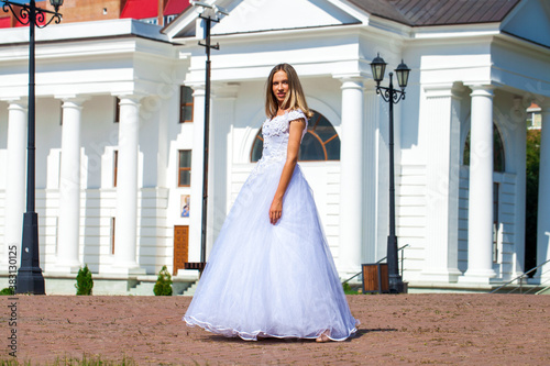 Photo Young beautiful girl in ballroom prom dress