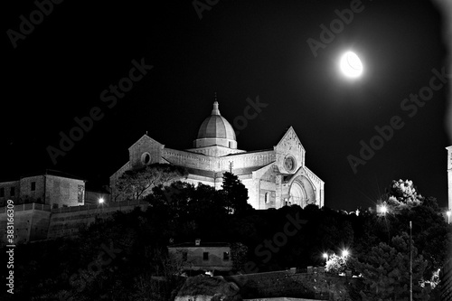Carta da parati City of Ancona by night, Marche, Italy