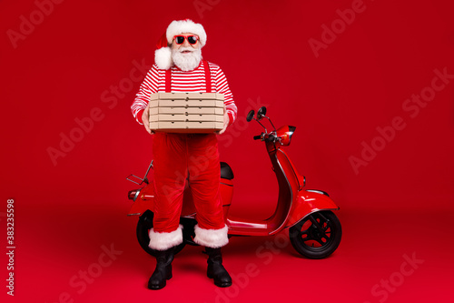 Papel de parede Full length photo of pensioner grandpa moped hold pizza boxes prepare deliver ho