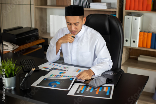 Canvas Print Islam businessman working in office