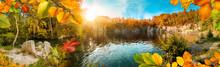 Die Farben Vom Herbst Um Einen Schönen See Herum, Mit Sonne Und Blauem Himmel, Panorama