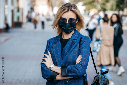 Foto Young handsome fashion woman in sunglasses with backpack in face pollution mask