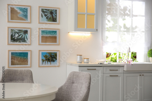 Fotografía Stylish kitchen interior with beautiful artworks on wall