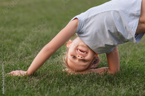 Valokuva The child is playing on the grass