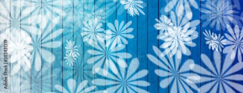 Fond bois bleu fleuri