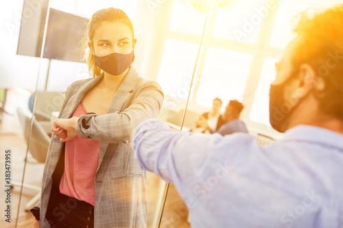 Begrüßung mit Ellenbogen im Büro wegen Coronavirus