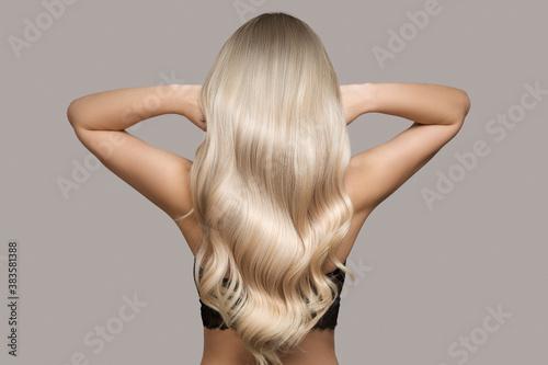 Fotografia wavy blond hair back view