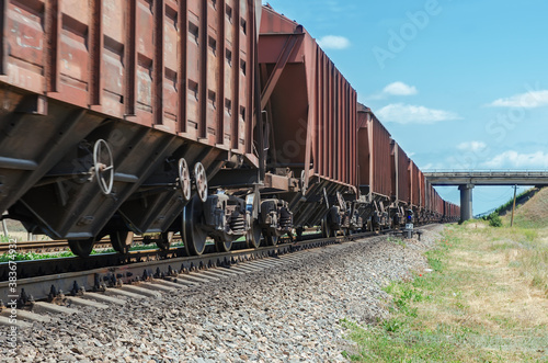 Foto wagons of a freight train in motion go to horizon under bridge