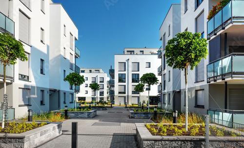 Photo Moderne Appartementgebäude mit Begrünung im Sommer