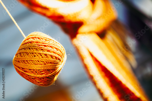 Pelote de laine jaune orangé en fils de coton Fotobehang