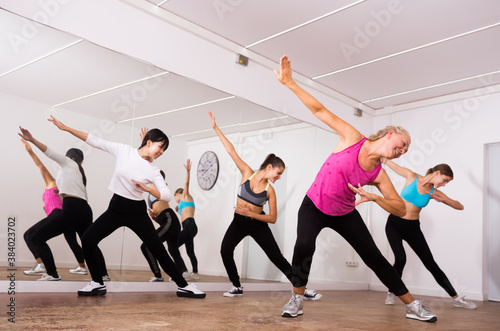 Photo Women dancing aerobics at lesson in the dance class