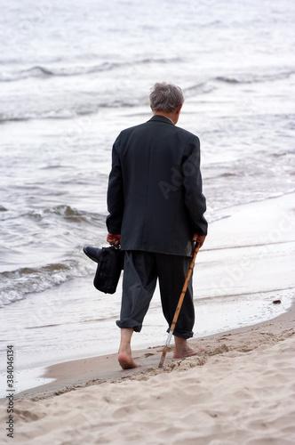 Valokuvatapetti walking on beach