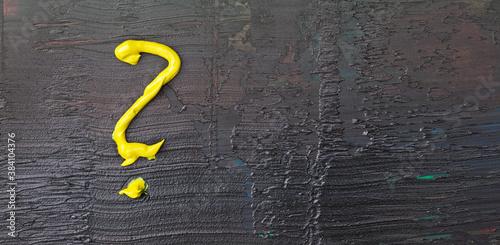 Obraz Namalowany, żółty znak zapytania na czarnym, fakturalnym tle. - fototapety do salonu