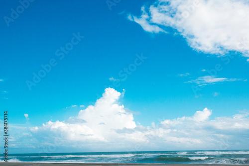 Valokuva もこもことした雲の青空と海