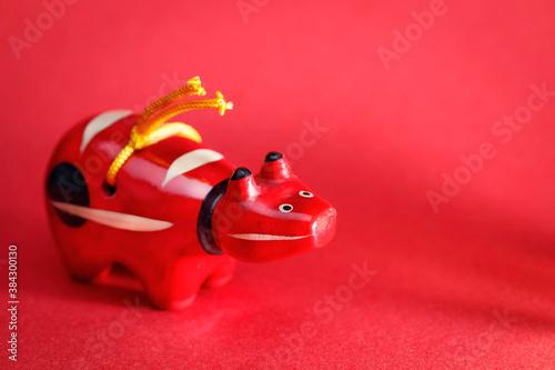 Fototapeta 赤い牛の人形、赤べこ