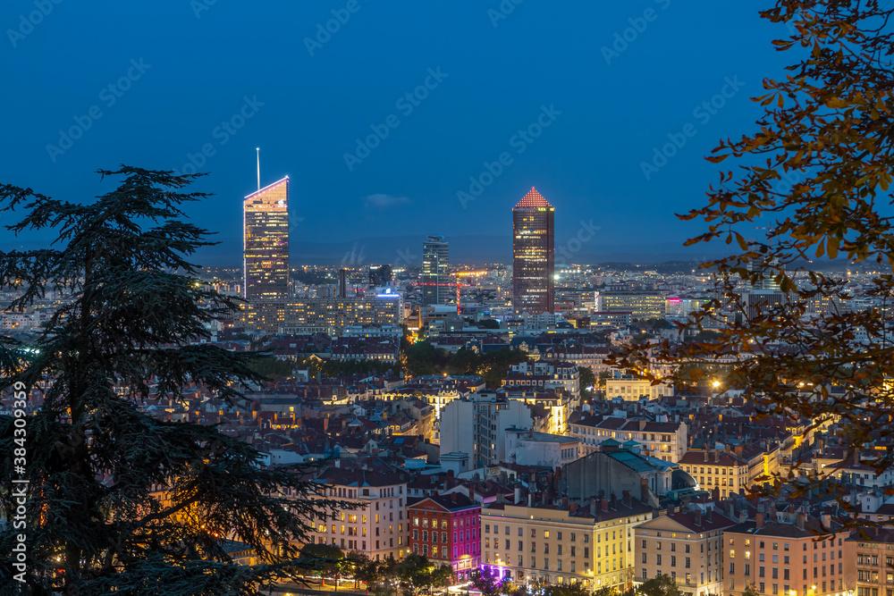 Fototapeta Belvédère sur la ville de Lyon en début de soirée , Rhône , France .