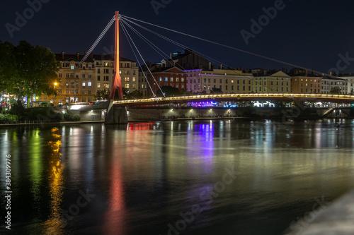 Fototapeta Passerelle du palais de justice de Lyon , la nuit . Rhône , France obraz