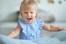 Little Blue-eyed Girl Learns T...