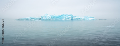Foto floating icebergs in valley of icebergs in in Iceland