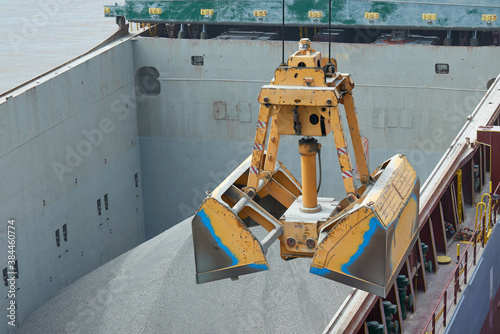 Tablou Canvas Loading and dischargind operation of bulk cargo bauxite on bulk carrier ship usi