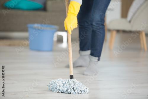 Obraz woman is mopping the floor - fototapety do salonu