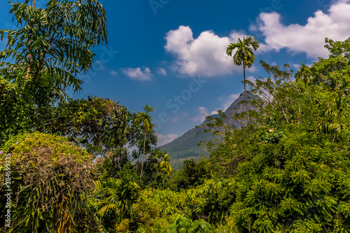 Photo A glimpse of mountains from a train after leaving the station at Gangoda on the