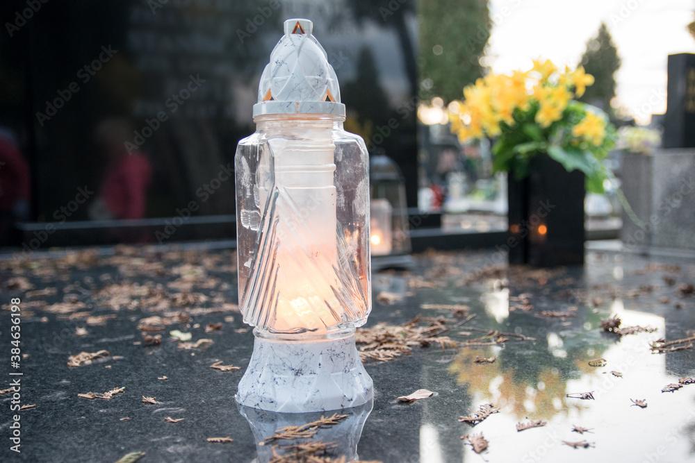 Fototapeta Znicz na grobie podczas święta Wszystkich Świętych