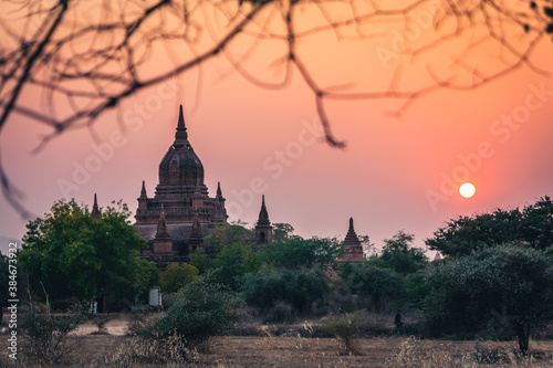 Fotomural myanmar burma bagan buddhist holy pagoda at sunset