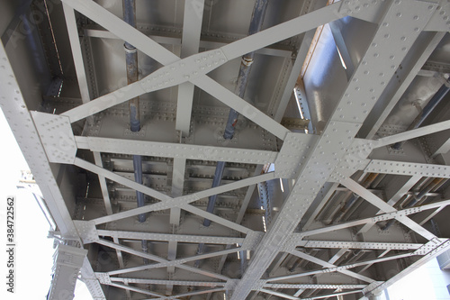 Fotomural 鉄道のガード下の鉄骨の骨組み