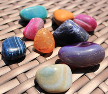 Conjunto De Pedras Roladas Rochas Coloridas Sobre Fundo De Vime