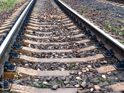 Fotografía low view of rails of railroad track with concrete sleepers in Moscow region in e