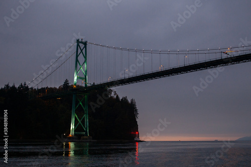 фотография A view of the Lion's Gate Bridge connecting Vancouver to the North Shore through Stanley Park, over English Bay in British Columbia, at night