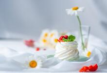 Airy Dessert Anna Pavlova Deco...