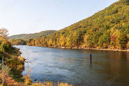Photo The Allegheny River below the Kinzua Dam with colorful fall leaves on the hillsi
