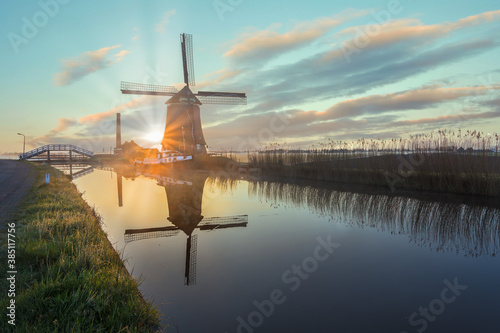 The De Kaagmolen windmill in front of a channel and boat, North Holland, Netherl Canvas-taulu