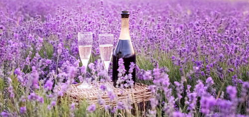 Photo Champagne is poured into glasses in a sunset lavender field.
