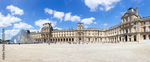 Fotografia Panorama view of the inner court of the Louvre museum