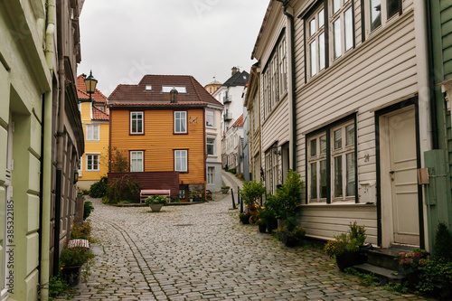 Fényképezés A pretty little lane of traditional weatherboarded wooden cottages: Knøsesmauet,