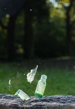 地面に落ちて割れるガラス瓶の様子