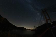 Vía Láctea Sobre Puente Y Lago
