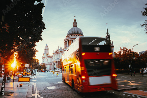 Fotografia Double decker bus and St Paul's Cathedral, London, UK