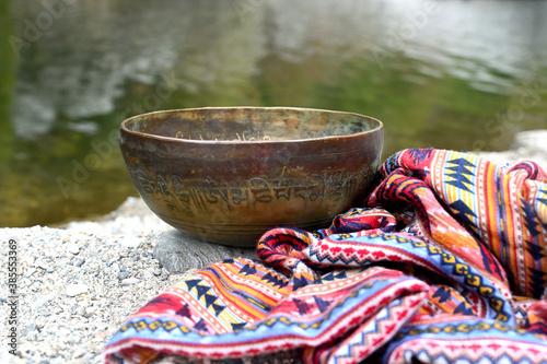 Fotografia Tibetan singing bowl and scarf