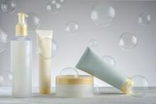 Kit De Envases De Cremas Para El Cuidado De La Piel Con Burbujas De Jabón Al Fondo