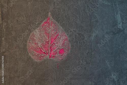 Liść pokryty i zatopiony w farbie, abstrakcyjne tło, struktura.