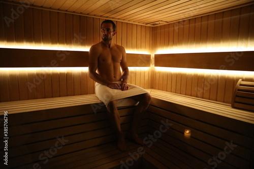 Obraz Dojrzały mężczyzna w saunie - fototapety do salonu