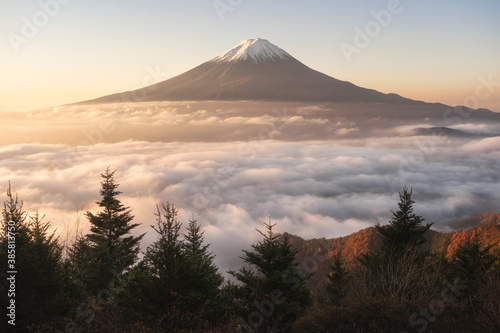 Fotografía Scenic view of Mount Fuji against sky during sunrise