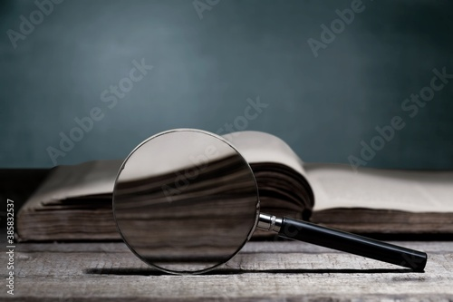 Obraz na plátně Open book on old wooden table.